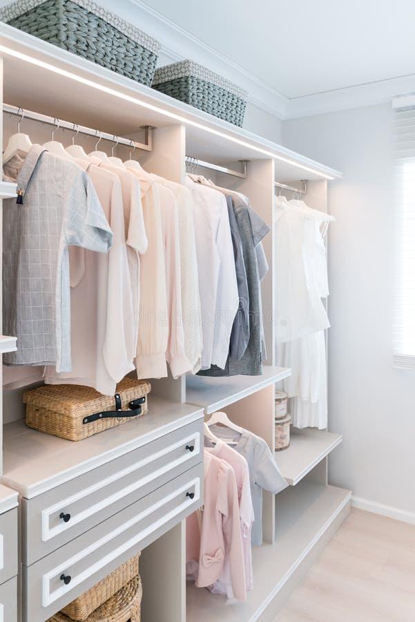 Nowożytna wewnętrzna garderoba z koszula i suknią w półce zdjęcie royalty free