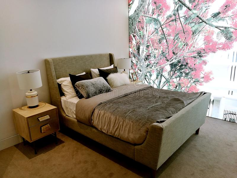 Nowożytna wewnętrznego projekta sypialnia z łóżkowymi apartamentami fotografia stock