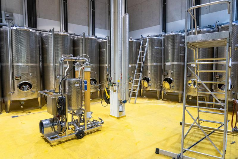 Nowożytna wino technologia z stal nierdzewna zbiornikami obraz royalty free