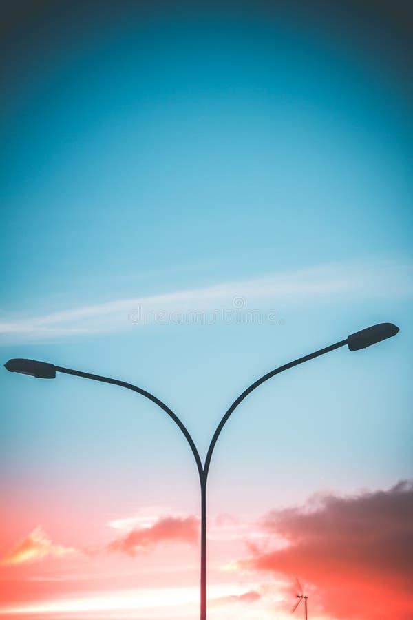 Nowożytne światło poczty w zmierzchu z dwa kolorów tłem obraz stock