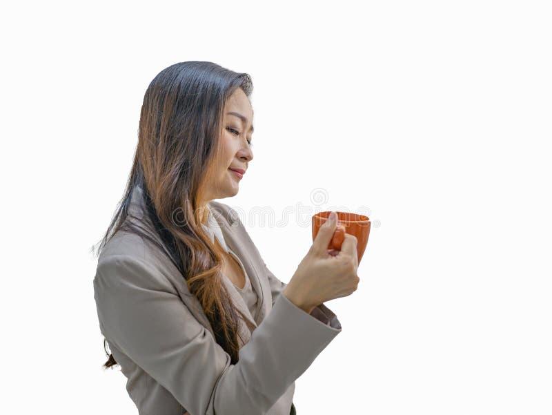 Nowożytne biznesowe kobiety trzymają jej kubek na odosobnionym bac lub filiżankę zdjęcia stock