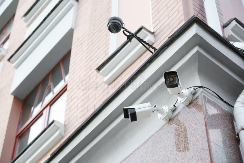 Nowożytne CCTV kamery na ścianie budować outdoors obraz stock