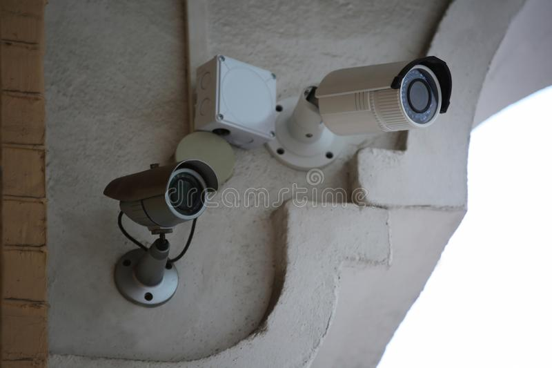 Nowożytne CCTV kamery na ścianie budować outdoors fotografia stock
