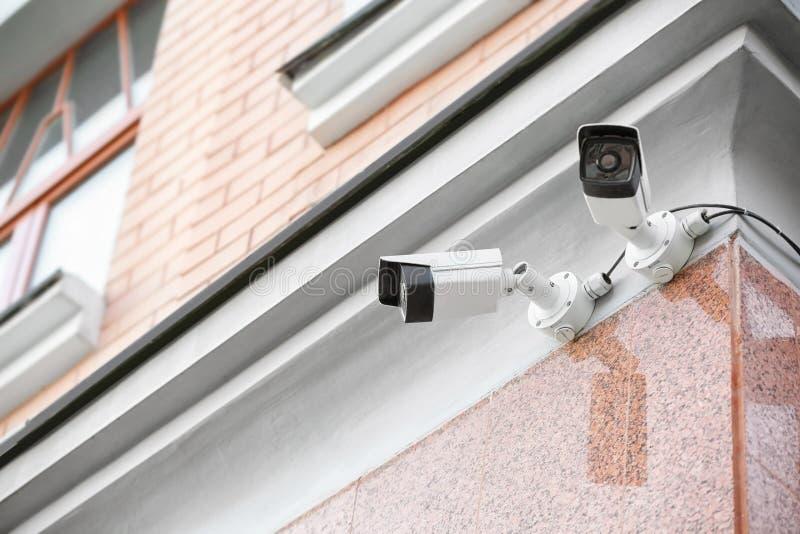Nowożytne CCTV kamery na ścianie budować outdoors zdjęcia royalty free