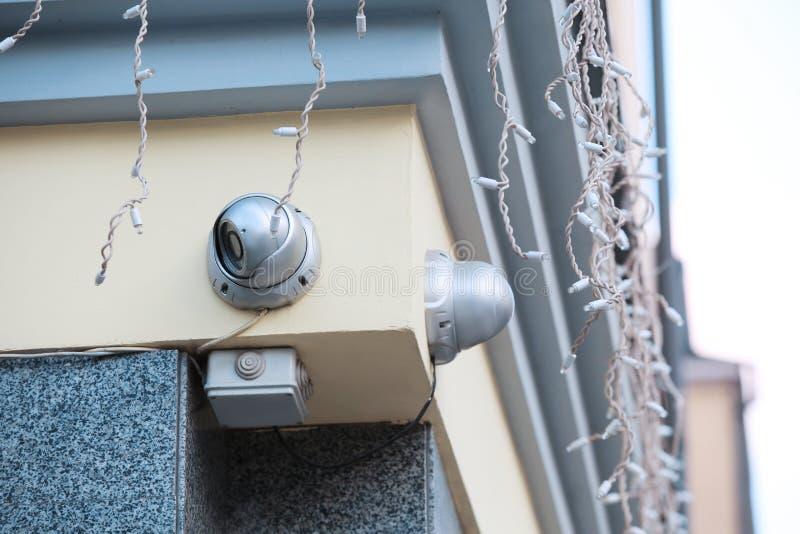 Nowożytne CCTV kamery na ścianie budować outdoors zdjęcie stock