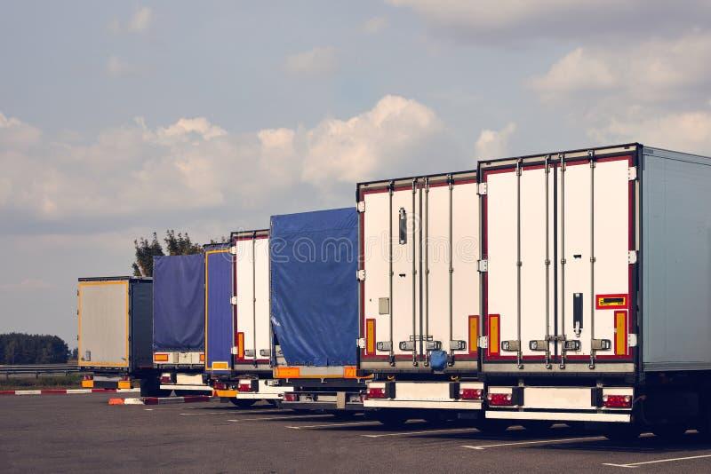 Nowożytne ciężarówki różnorodni modele są z rzędu na ciężarowej przerwie obraz stock