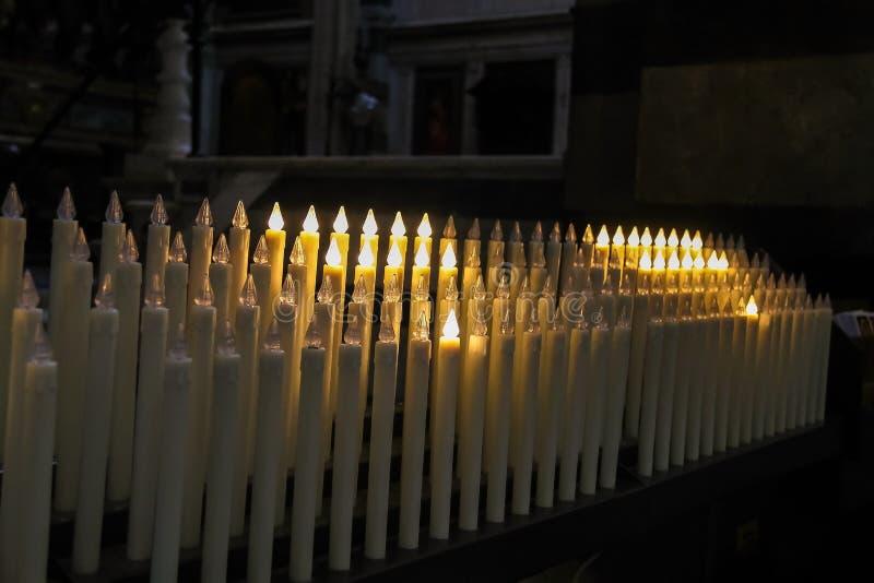 Nowożytne elektryczne świeczki w kościół obraz stock
