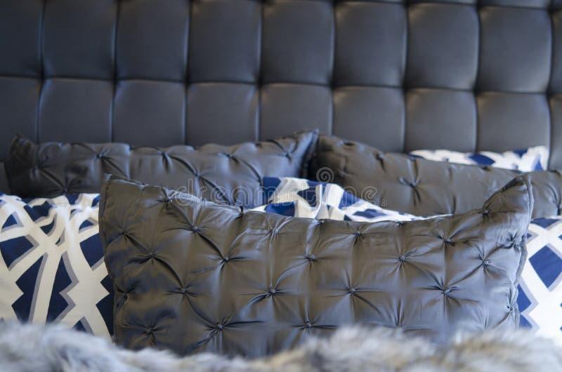 Nowożytne luksusowe pościeli poduszki obraz royalty free