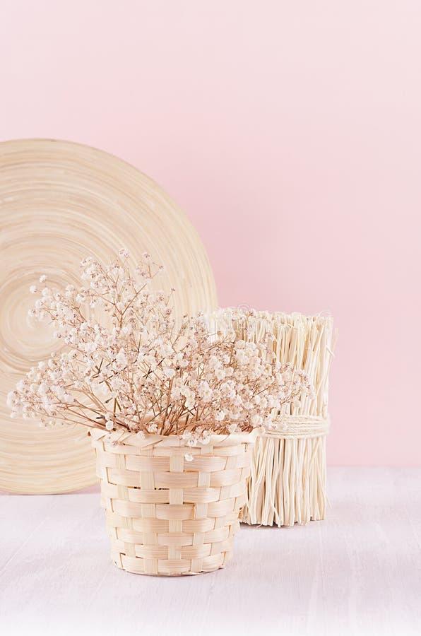 Nowożytne proste sztuk menchie stwarzają ognisko domowe wystrój z naturalną beżową drewno domu dekoracją i suszą kwiaty na miękki obrazy royalty free