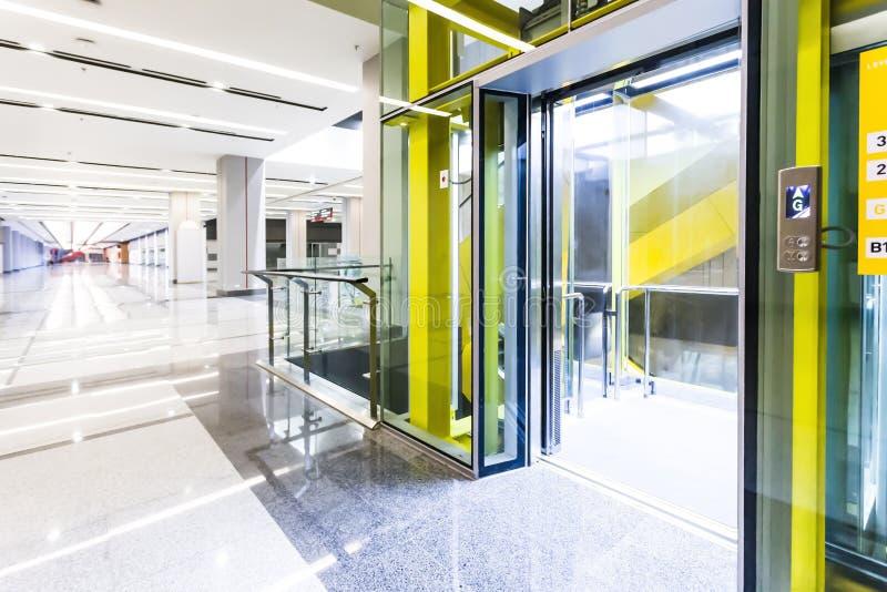 Nowożytne stalowe wind drzwi kabiny w biznesu hotelu lub lobby, obraz stock