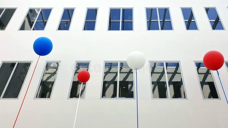 nowożytnego budynków okno odbicia nowożytnego stylowego projekta błękitny i czerwony bielu powietrza piłki pojęcie zdjęcia stock