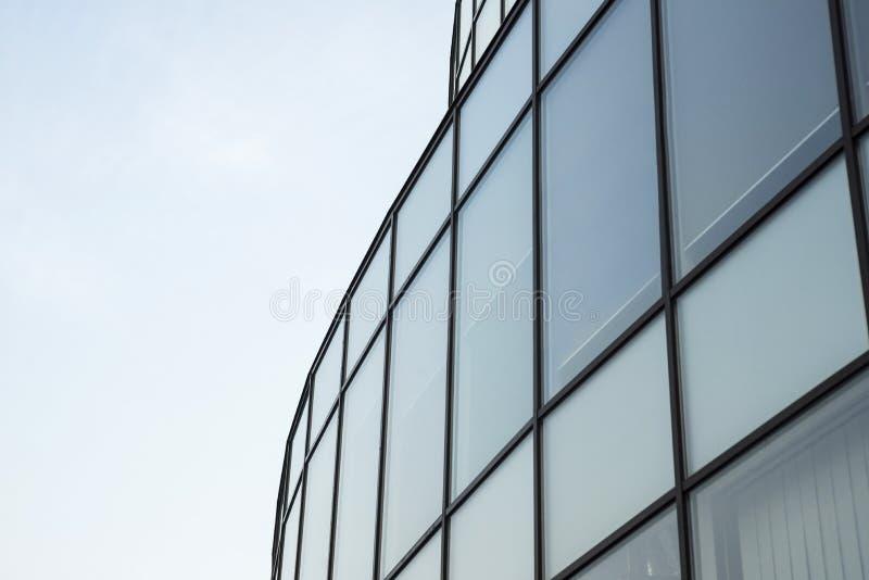 Nowożytnego budynku szklana ściana Miastowy abstrakcjonistyczny tło, szczegół nowożytna szklana fasada, biurowy biznesowy budynek fotografia stock