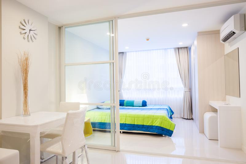 Nowożytnego kondominium żywy pokój i sypialnia zdjęcia stock