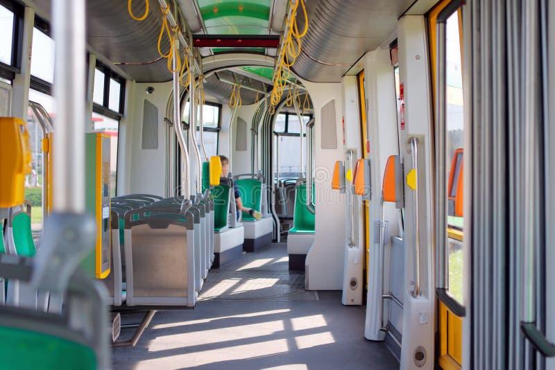 Nowożytnego miasta tramwajowy wnętrze na słonecznym dniu fotografia stock