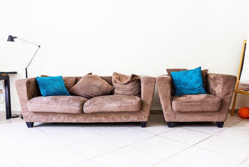 Nowożytnego pokoju weluru wewnętrzna kanapa, karło, poduszki, podłogowa lampa Projekta pojęcie zdjęcia royalty free