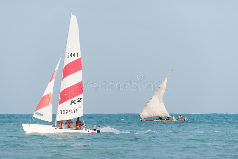 Nowożytnego sporta catamaran i tradycyjnego drewnianego dhow łódkowaty żeglowanie blisko Jambiani plaży, Zanzibar obrazy royalty free