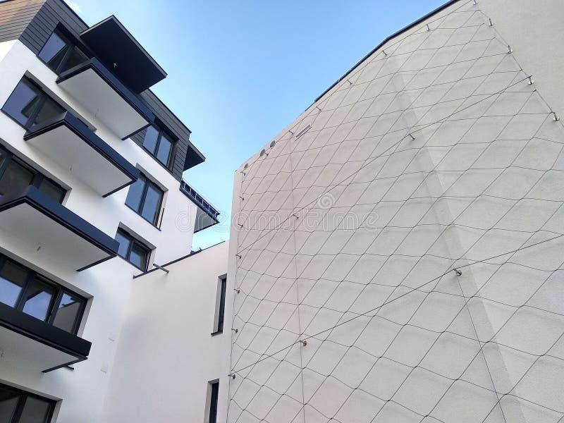 Nowożytnej kondygnacji mieszkaniowy kompleks w mieście biała betonowa ściana dom z Windows i loggie na słonecznym dniu fotografia stock