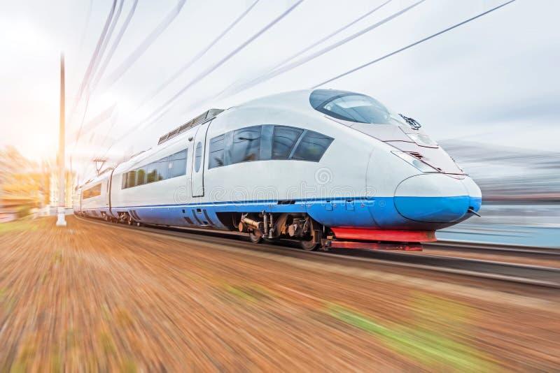 Nowożytnej wysokiej prędkości elektryczny pociąg z ruch plamą obrazy stock