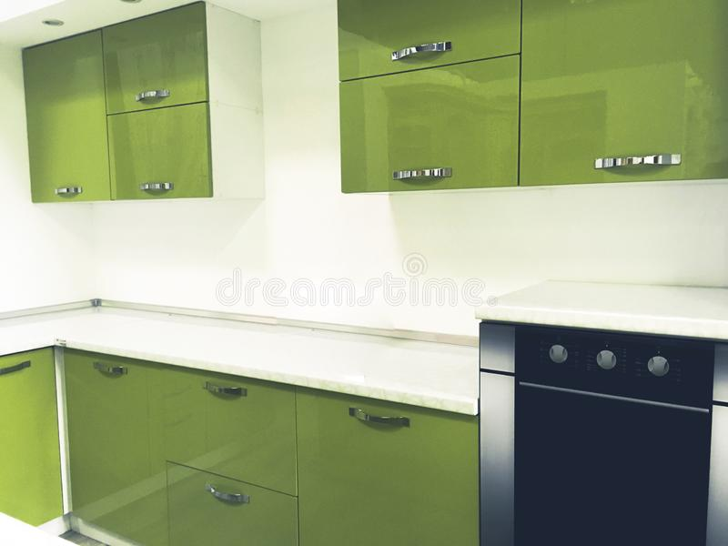 Nowożytnej zieleni barwiony kuchenny wnętrze obraz stock