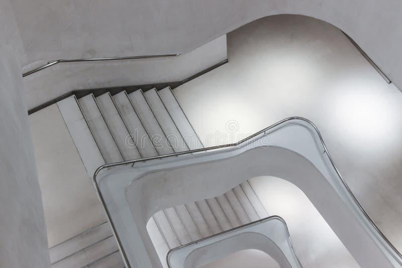Nowożytni beton spirali schodki zdjęcia stock