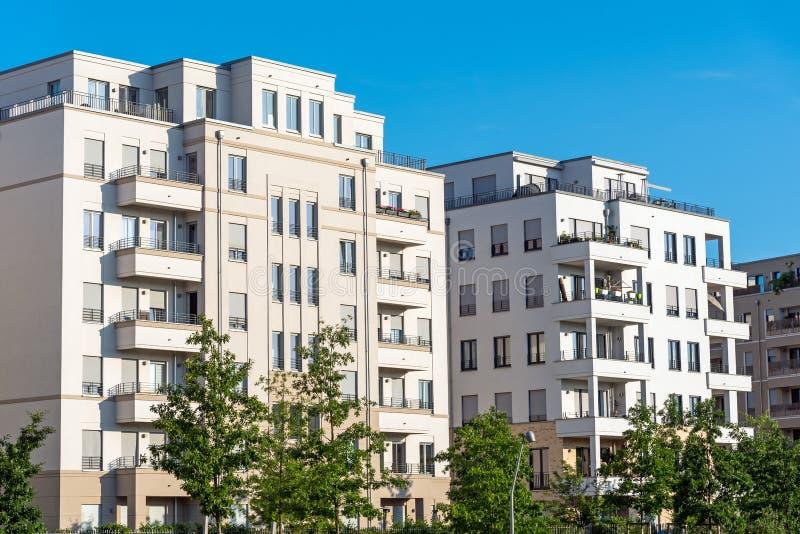 Nowożytni biali mieszkanie domy w Berlin zdjęcia royalty free