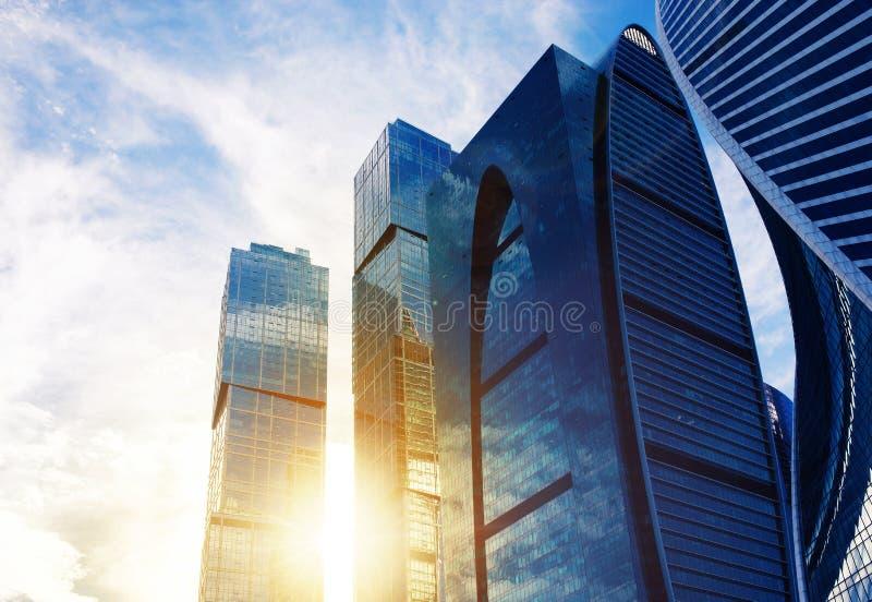 Nowożytni biznesowego biura drapacze chmur, przyglądający przy wysokim buil up obrazy royalty free