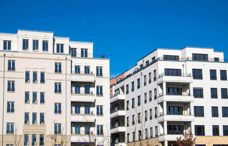 Nowożytni bloki mieszkalni w Berlin zdjęcia stock