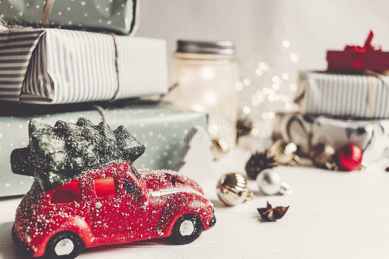 Nowożytni boże narodzenie ornamenty, samochód i bawją się z drzewem, teraźniejszość rożki zdjęcie royalty free
