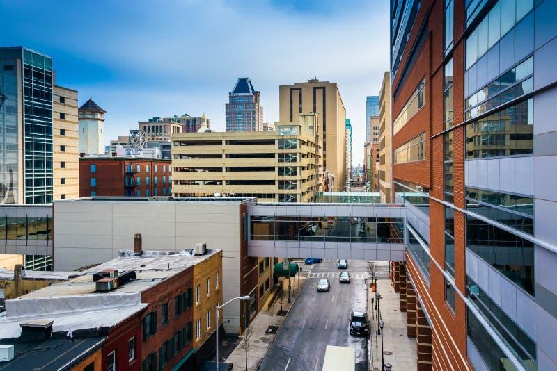 Nowożytni budynki i podwyższony przejście w w centrum Baltimore, obrazy stock