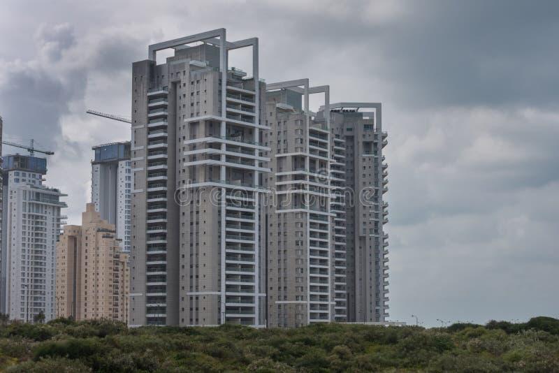 Nowożytni budynki mieszkalni w Netanja w Izrael na brzeg morze śródziemnomorskie zdjęcia stock