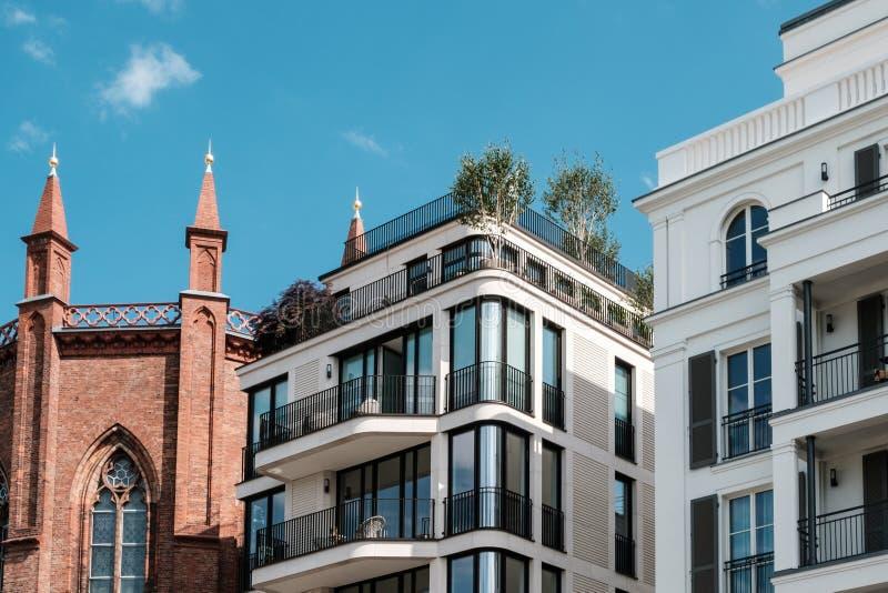 Nowożytni budynki mieszkaniowi i stara kościelna fasada - nieruchomość Berlin, Mitte fotografia royalty free