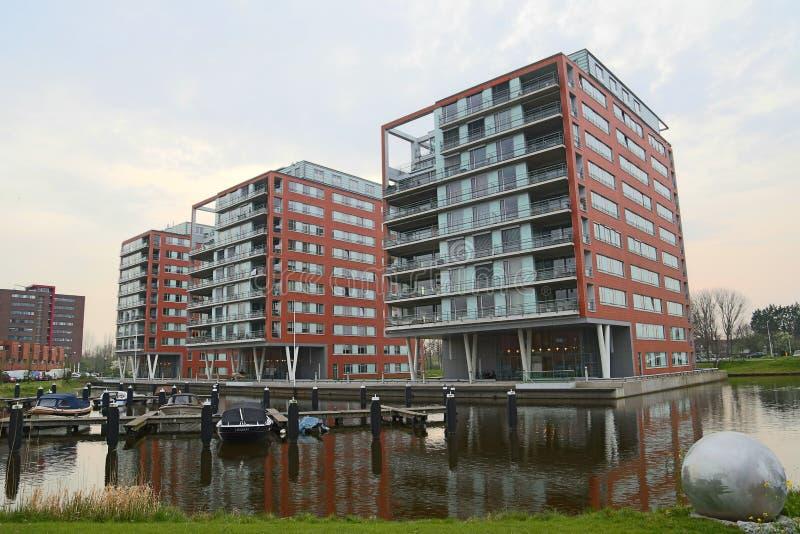 Nowożytni budynki mieszkaniowi na wodzie obrazy stock