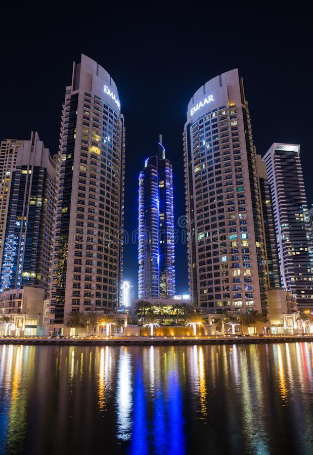 Nowożytni budynki w gromadzkim terenu Dubaj Marina przy nocą, UAE fotografia stock