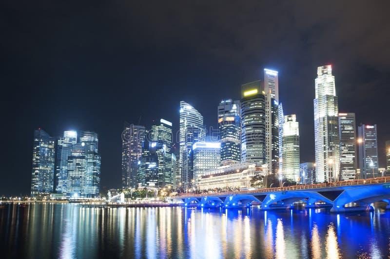 Nowożytni budynki w Singapur mieście przy nocą obraz royalty free
