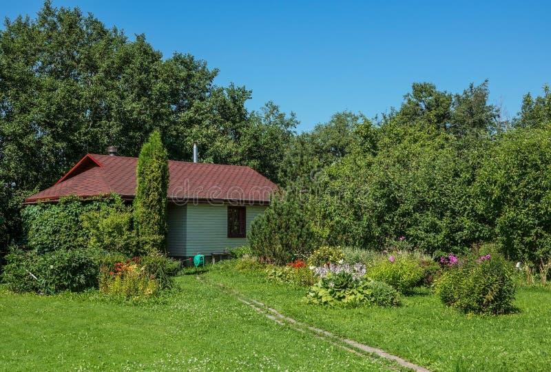 Nowożytni drewniani urlopowi domy w Rosja fotografia royalty free