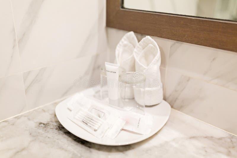 Nowo?ytni higieniczni akcesoria w hotelowej ?azience fotografia stock