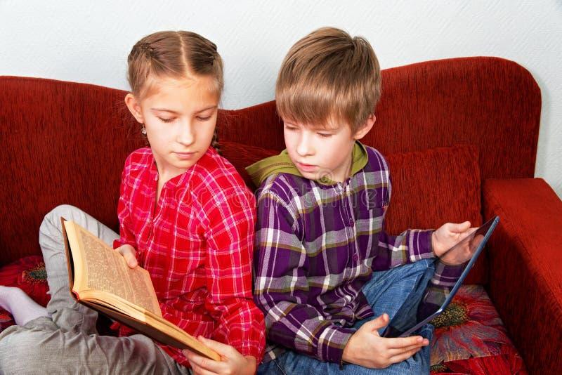 Nowożytni i starzy źródła informacji Dzieci robią lekcjom obrazy royalty free