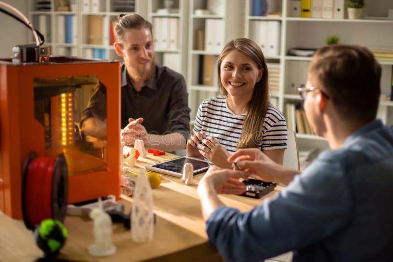 Nowożytni młodzi ludzie Pracuje na 3D projekcie obraz royalty free