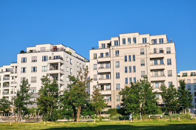 Nowożytni mieszkanie domy z drzewami fotografia stock