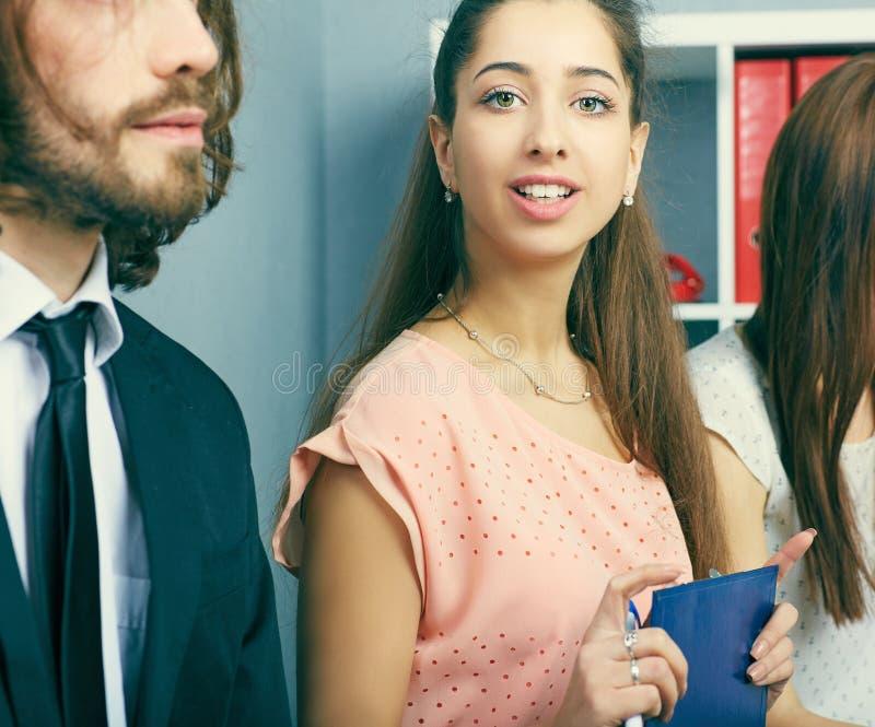 Nowożytni prawnicy dyskutuje pracujących problemy Pracy zespołowej pojęcie zdjęcia stock