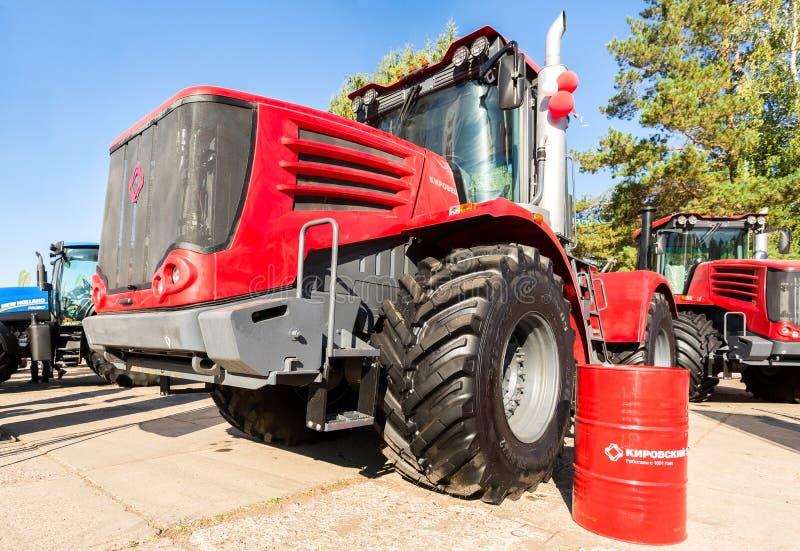 Nowożytni rolniczy ciągniki Kirovets K9450 eksponujący przy Ann obrazy royalty free