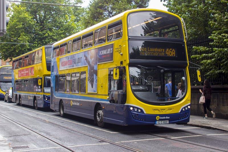 Nowożytni transportów publicznych autobusy na St Stephen ` s Zielenieją Dublin Irlandia obrazy royalty free