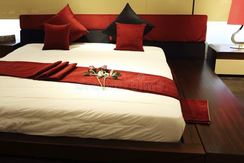 Nowożytny łóżko i pościel obraz royalty free
