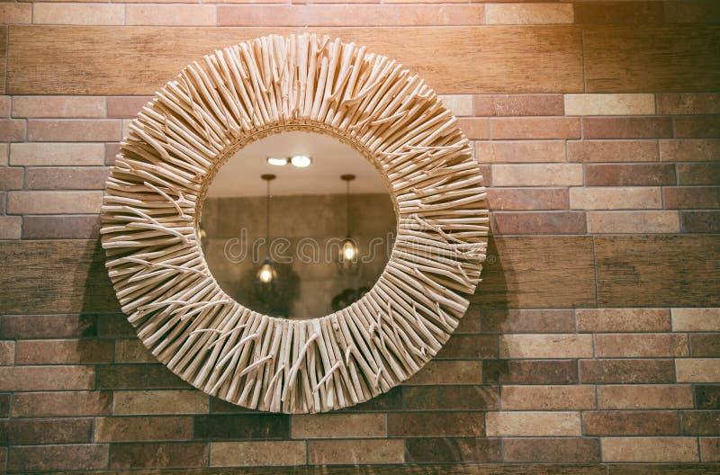 Nowożytny łazienka wystrój na Drewnianej ścianie zdjęcia stock