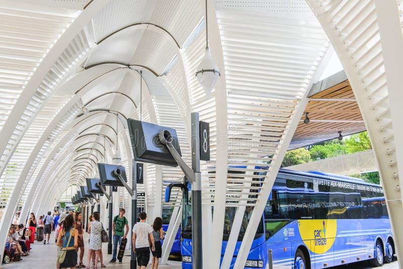 Nowożytny środkowy przystanek autobusowy z ludźmi czeka odjazd lub przyjazd zdjęcie stock