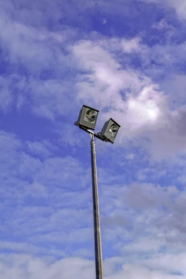 Nowożytny światło reflektorów na sporta polu przeciw niebu zdjęcia royalty free