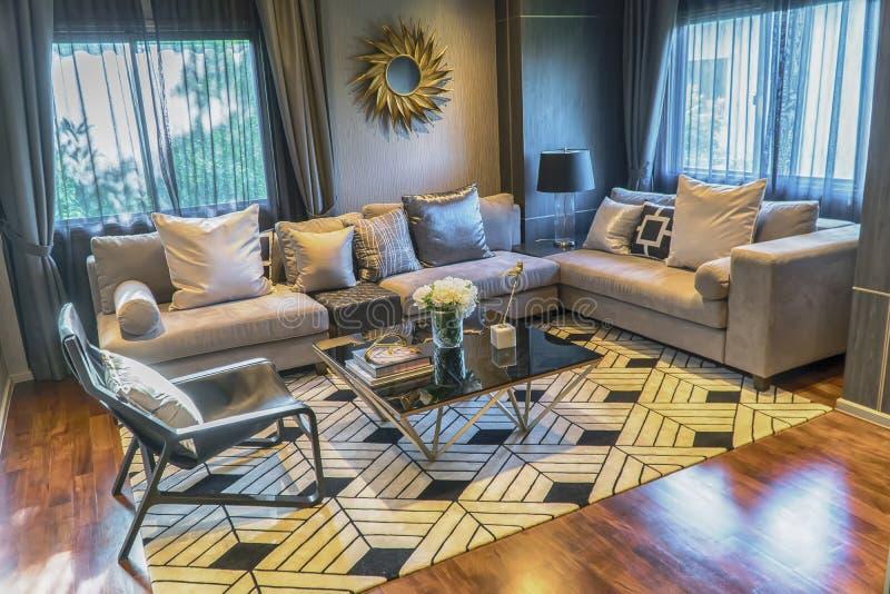 Nowożytny żywy izbowy projekt z kanapą i drewnianą lampą zdjęcia royalty free