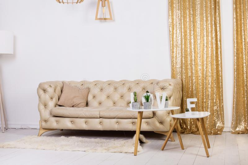 Nowożytny żywy izbowy projekt z kanapą i drewnianą lampą zdjęcie stock