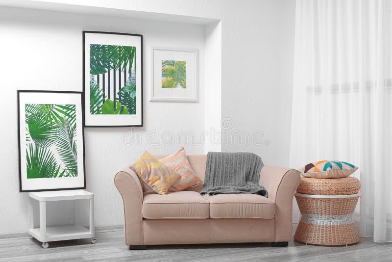 Nowożytny żywy izbowy projekt z obramiającymi obrazkami liście fotografia stock