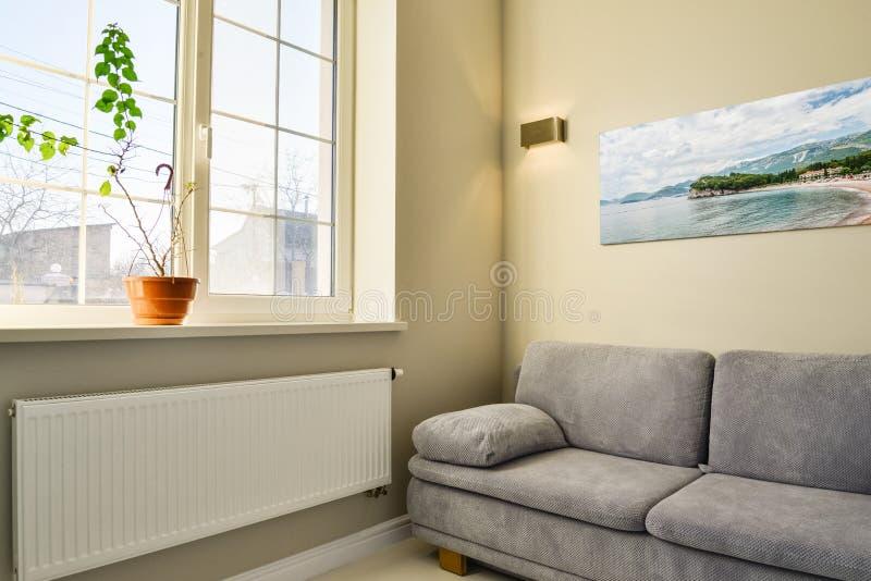 Nowożytny żywy izbowy wnętrze z kanapy i fotografii scenerią zdjęcia stock